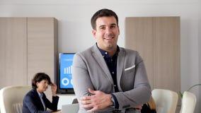 Βέβαιος επιχειρηματίας στην αίθουσα συνεδριάσεων που χαμογελά στη κάμερα απόθεμα βίντεο