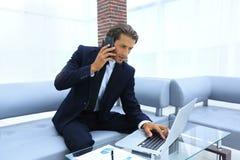 Βέβαιος επιχειρηματίας στο γραφείο του Στοκ Φωτογραφίες