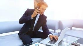 Βέβαιος επιχειρηματίας στο γραφείο του Στοκ εικόνες με δικαίωμα ελεύθερης χρήσης
