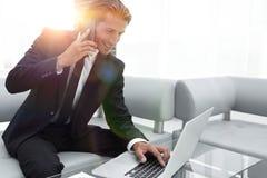 Βέβαιος επιχειρηματίας στο γραφείο του Στοκ εικόνα με δικαίωμα ελεύθερης χρήσης
