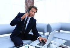Βέβαιος επιχειρηματίας στο γραφείο του Στοκ Εικόνες