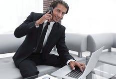 Βέβαιος επιχειρηματίας στο γραφείο του Στοκ Εικόνα