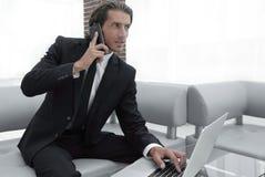 Βέβαιος επιχειρηματίας στο γραφείο του Στοκ φωτογραφία με δικαίωμα ελεύθερης χρήσης