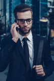 Βέβαιος επιχειρηματίας στο τηλέφωνο Στοκ Εικόνα