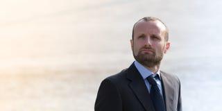 Βέβαιος επιχειρηματίας υπαίθριος Στοκ εικόνα με δικαίωμα ελεύθερης χρήσης