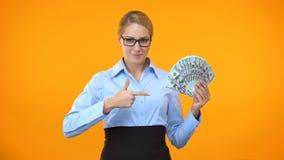 Βέβαιος εργαζόμενος γραφείων που δείχνει τα τραπεζογραμμάτια δολαρίων, επένδυση επιχειρησιακού προγράμματος απόθεμα βίντεο