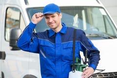 Βέβαιος εργαζόμενος ελέγχου παρασίτων που φορά την ΚΑΠ ενάντια στο φορτηγό στοκ εικόνες