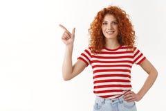 Βέβαιος ευτυχής σγουρός redhead μόνος-σίγουρος μέση ενθουσιώδης χεριών λαβής κοριτσιών χαμογελώντας ευρέως την καλή διάθεση που δ στοκ φωτογραφία με δικαίωμα ελεύθερης χρήσης