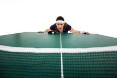 Βέβαιος θηλυκός αθλητής που κλίνει στο σκληρό πίνακα Στοκ Εικόνες