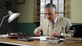 Βέβαιος διευθυντής που ελέγχει τη γραφική εργασία στο γραφείο απόθεμα βίντεο