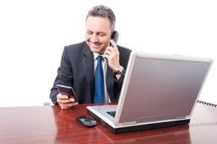 Βέβαιος δικηγόρος που μιλά στο τηλέφωνο γραφείων Στοκ Εικόνα