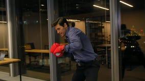 Βέβαιος ισπανικός επιχειρηματίας έτοιμος να παλεψει για την εργασία απόθεμα βίντεο