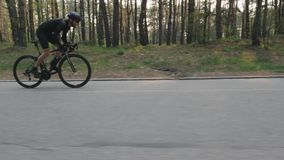 Βέβαιος ισχυρός κατάλληλος ποδηλάτης που τρέχει γρήγορα από τη σέλα Η πλευρά ακολουθεί τον πυροβολισμό Έννοια ανακύκλωσης o απόθεμα βίντεο