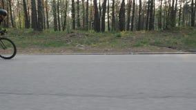 Βέβαιος ισχυρός κατάλληλος ποδηλάτης που τρέχει γρήγορα από τη σέλα Η πλευρά ακολουθεί τον πυροβολισμό Έννοια ανακύκλωσης φιλμ μικρού μήκους
