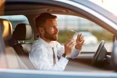 Βέβαιος και σοβαρός επιχειρηματίας μέσα στο αυτοκίνητό του Στοκ εικόνα με δικαίωμα ελεύθερης χρήσης