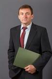 Βέβαιος κομψός όμορφος ώριμος επιχειρηματίας που φορά ένα συμπαθητικό sui Στοκ Φωτογραφίες