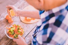 Βέβαιος μάγειρας που προετοιμάζει κάτι ασυνήθιστο στο σπίτι στοκ εικόνα με δικαίωμα ελεύθερης χρήσης