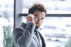 Βέβαιος μοντέρνος επιχειρηματίας eyeglasses και κοστούμι που εξετάζει τη κάμερα Στοκ φωτογραφίες με δικαίωμα ελεύθερης χρήσης
