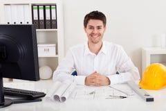 Βέβαιος νέος αρχιτέκτονας στο γραφείο του Στοκ εικόνα με δικαίωμα ελεύθερης χρήσης