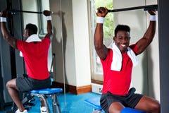 Βέβαιος νέος αφρικανικός τύπος που επιλύει στη γυμναστική Στοκ φωτογραφία με δικαίωμα ελεύθερης χρήσης