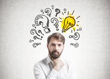 Βέβαιος νέος επιχειρηματίας, αναζήτηση απάντησης στοκ εικόνες