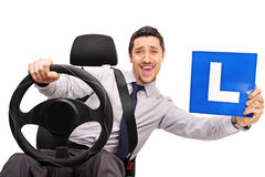 Βέβαιος νέος οδηγός που κρατά ένα σημάδι Λ Στοκ Εικόνες