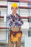 βέβαιος που απομονώνεται toolbelt φορώντας το λευκό εργαζόμενο Στοκ Φωτογραφίες