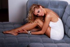 Βέβαιος στο άσπρο φόρεμά της Στοκ εικόνες με δικαίωμα ελεύθερης χρήσης