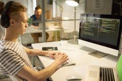 Βέβαιος συγγραφέας λογισμικού πολυάσχολος με το νέο πρόγραμμα Στοκ Εικόνες