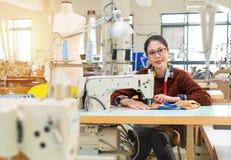Βέβαιος υπάλληλος γυναικών που εξετάζει τη κάμερα Στοκ Εικόνες