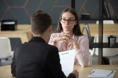 Βέβαιος υποψήφιος εργασίας θηλυκών που περιμένει recruiter την απόφαση du στοκ εικόνες