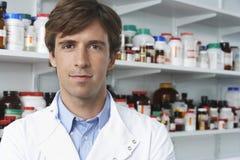 Βέβαιος φαρμακοποιός στο φαρμακείο στοκ φωτογραφία με δικαίωμα ελεύθερης χρήσης