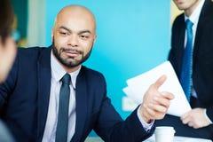 Βέβαιος φαλακρός επιχειρηματίας που κάνει τη διαπραγμάτευση Στοκ φωτογραφίες με δικαίωμα ελεύθερης χρήσης