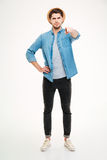 Βέβαιος όμορφος νεαρός άνδρας που στέκεται και που δείχνει σε σας Στοκ φωτογραφία με δικαίωμα ελεύθερης χρήσης