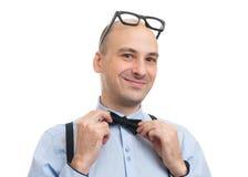 Βέβαιος όμορφος τύπος με suspenders και τον τόξο-δεσμό Στοκ Φωτογραφίες