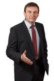 Βέβαιος ώριμος επιχειρηματίας που δίνει ένα χέρι για τους χαιρετισμούς στο μόριο Στοκ Εικόνα