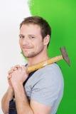 Βέβαιος handyman χαμόγελου με ένα σφυρί Στοκ φωτογραφία με δικαίωμα ελεύθερης χρήσης