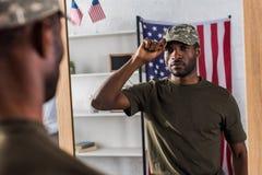 Βέβαιο άτομο αφροαμερικάνων στην τοποθέτηση ενδυμάτων κάλυψης στοκ φωτογραφία