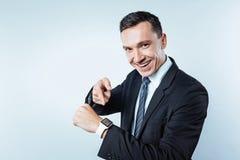 Βέβαιο άτομο που δείχνει προς το ηλεκτρονικό wristwatch Στοκ φωτογραφίες με δικαίωμα ελεύθερης χρήσης