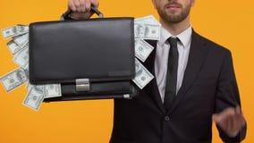 Βέβαιο άτομο που παρουσιάζει το εντάξει σημάδι και πλήρη περίπτωση των χρημάτων, σταθεροί υψηλοί μισθοί στην εργασία απόθεμα βίντεο