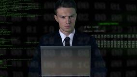 Βέβαιο άτομο στο κοστούμι που λειτουργεί στο lap-top, κώδικας λογισμικού κατασκόπευσης, αμυχή κωδικού πρόσβασης φιλμ μικρού μήκους