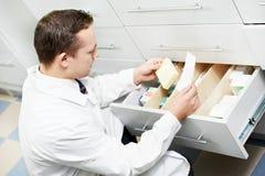 Βέβαιο άτομο χημικών φαρμακείων στο φαρμακείο στοκ φωτογραφίες