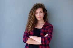 Βέβαιο έφηβη που στέκεται με τα όπλα που διασχίζονται Στοκ Εικόνα