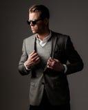 Βέβαιο αιχμηρό ντυμένο άτομο στο γκρίζο σακάκι Στοκ Εικόνες