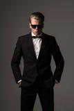 Βέβαιο αιχμηρό ντυμένο άτομο στο μαύρο κοστούμι Στοκ φωτογραφίες με δικαίωμα ελεύθερης χρήσης