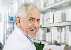 Βέβαιο ανώτερο μετρώντας απόθεμα φαρμακοποιών στο φαρμακείο στοκ εικόνα