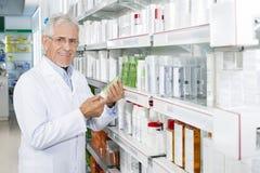 Βέβαιο ανώτερο προϊόν εκμετάλλευσης φαρμακοποιών στο φαρμακείο στοκ εικόνες