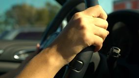 Βέβαιο θηλυκό οδηγώντας αυτοκίνητο, κανόνες κυκλοφορίας και κινηματογράφηση σε πρώτο πλάνο χεριών οδικής ασφάλειας απόθεμα βίντεο