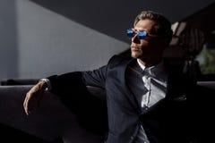 Βέβαιο καθιερώνον τη μόδα άτομο στο κοστούμι Στοκ Εικόνες