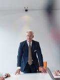 Βέβαιο και όμορφο ανώτερο επιχειρησιακό άτομο Στοκ Φωτογραφίες